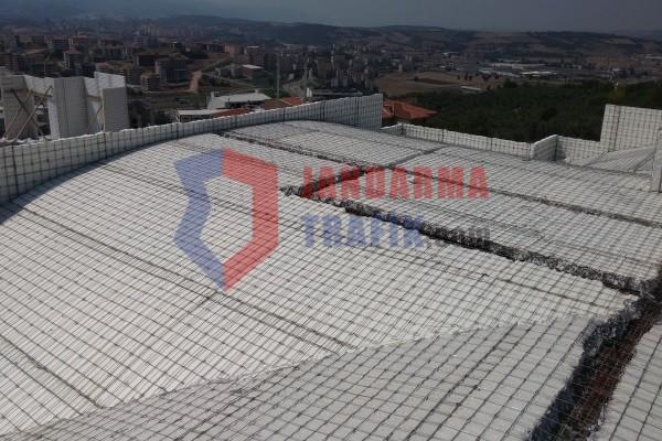 Sigma panel yapı sistemi ile kısa sürede inşa edilebilen, ekonomik, ısı yalıtımlı, korunaklı askeri yapı alanları ve balistik performansı yüksek meskun alan duvarları inşa edilebilen demonte balistik duvar panelleridir.